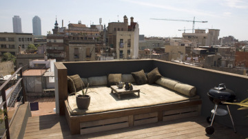 El amplio sofá es ideal para disfrutar del sol