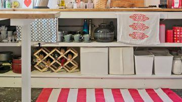Alfombra de rayas rosas y blancas en la cocina