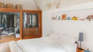 Habitación decorada en tonos blancos y presencia de la madera