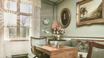 Sala con ramo de rosas