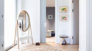 Habitación con espejo redondo