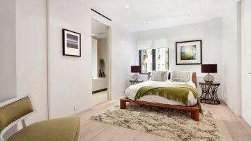 Decoración del dormitorio en tonos verdes verdes y blancos