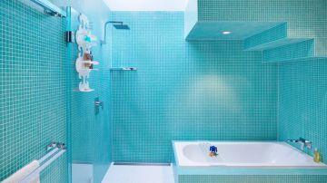 También se puede utilizar un solo color en el baño