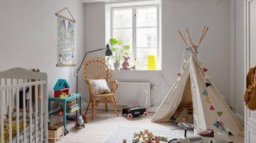 Habitación infantil llena de juguetes